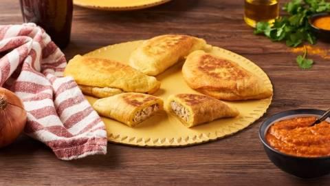 Pastels sénégalais au thon et sauce pimentée à la tomate