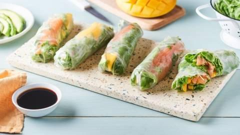 Spring rolls au saumon, avocat et mangue