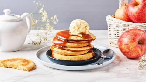 Pancakes aux pommes et au caramel au beurre salé
