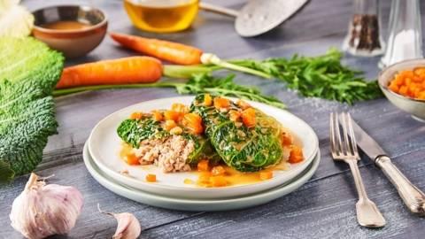 Feuilles de chou vert farcies à la viande, petit garniture de carotte oignons en brunoise