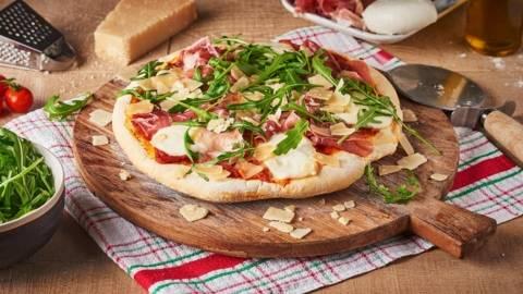 Pizza à la mozzarella, jambon fumé et roquette