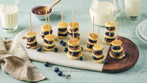 Minis brochettes de pancake, myrtille et Nutella®