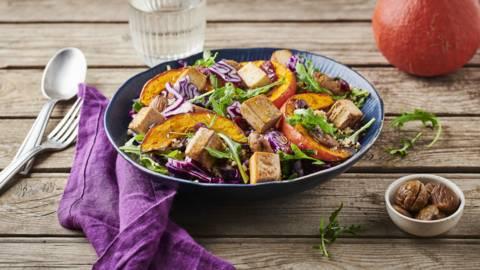 Salade de quinoa, potimarron, marrons, choux rouge et tofu