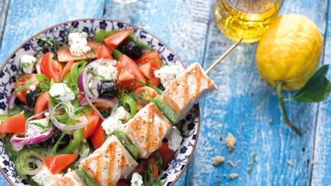 Salade à la grecque et brochette de dinde au citron