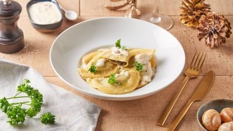 Raviolis maison fourrés aux escargots et crème de vin blanc