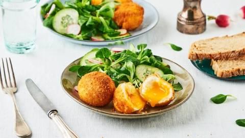 Œufs mollets panés et bol de mâche, radis et concombre