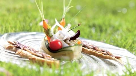 Méli-mélo de légumes à la grecque et tartines d'anchois