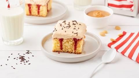 Poke cake fraise et beurre de cacahuètes