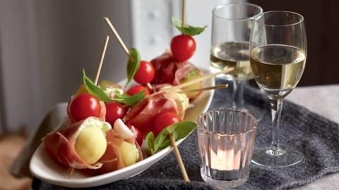 Brochettes apéritives de pommes de terre, jambon et tomates cerise