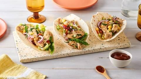 Tacos de poulet épicé, mangue et crudités