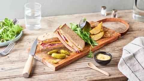 Pastrami sandwich cornichons, moutarde et cheddar