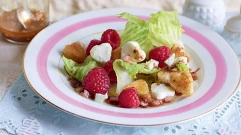 Salade de mozzarella, framboises et croutons
