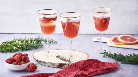 Cocktail de champagne au sirop de fruits rouges et pamplemousse