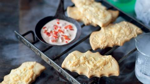 Biscuits chauve-souris au fromage et leur sauce épicée