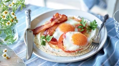 Tortilla à la tomate, lard et œuf sur le plat