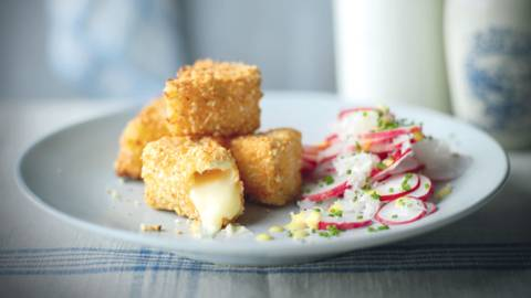 Camembert frit et salade de radis