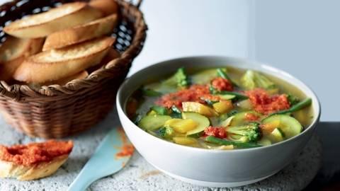 Minestrone végétarien et pesto de tomate