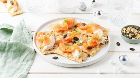 Crackers aux céréales et saumon fumé