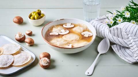 Bouillon de champignons et raviolis au cabillaud
