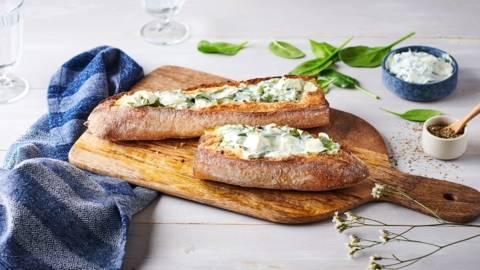 Baguette farcie à la feta, feuilles d'épinard et origan