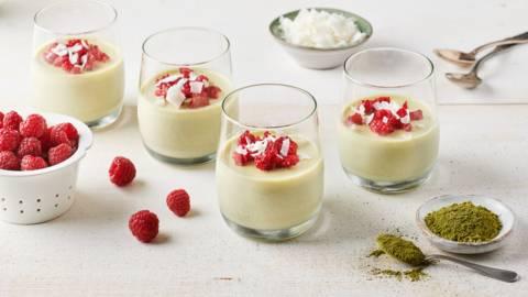 Panna cotta lait de coco, matcha et brisures de framboises
