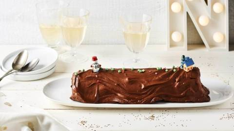 Bûche de Noël roulée au chocolat noir et praliné