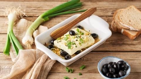 Feta rôtie aux olives, citron et origan