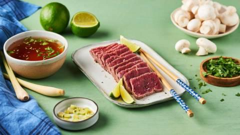 Bœuf en tataki et son bouillon à la citronnelle