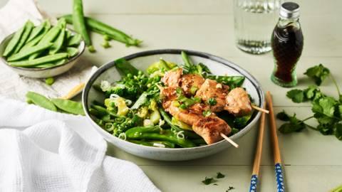 Yakitori de poulet et salade de légumes verts croquants