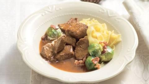Goulash de veau, choux de Bruxelles et tagliatelle