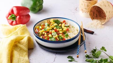 Wok de riz grillé aux poivrons, mangue et coriandre