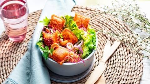 Salade d'été aux ravioles rouges croustillantes