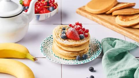 Pancakes à la banane et fruits rouges