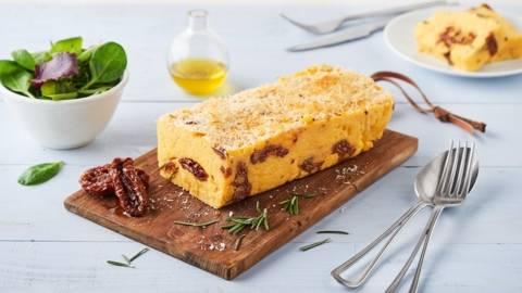 Cake de polenta au parmesan et tomates confites