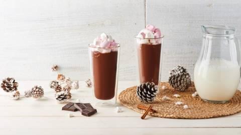 Chocolat chaud au lait d'amande, guimauve et cannelle