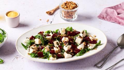 Salade de betteraves, mozzarella, roquette et granola salé
