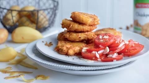 Galettes de pommes de terre et salade de tomates