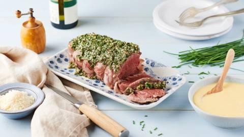 Rôti de bœuf aux herbes et sauce au vin blanc et parmesan
