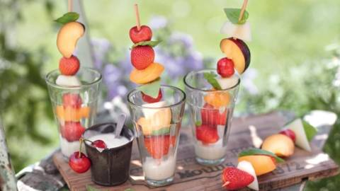 Brochettes de fruits et yaourt au gingembre