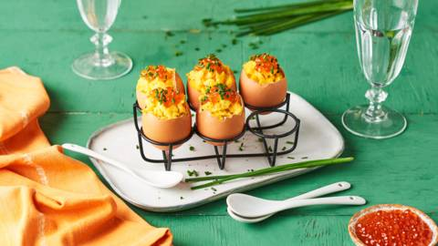 Œufs apéritifs : œufs brouillés, œufs de saumon et ciboulette