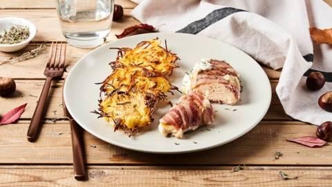 Suprême de poulet enlardée et galettes paillassons de pommes de terre