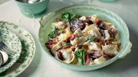 Tortelloni à la crème, brocolis, champignons et lardons