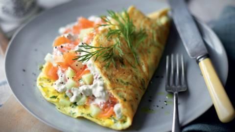 Omelette aux herbes, fromage frais et saumon