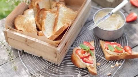 Tartines aux fraises et crème de noix de cajou