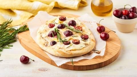 Focaccia au fromage de chèvre et cerises