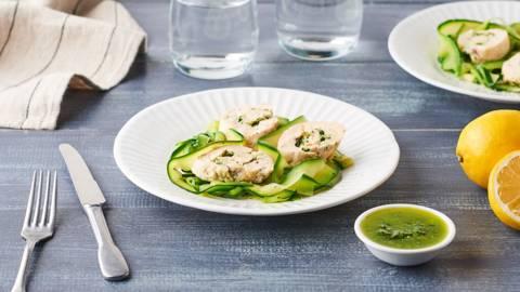 Blancs de poulet farcis au pesto et salade de tagliatelles de courgettes