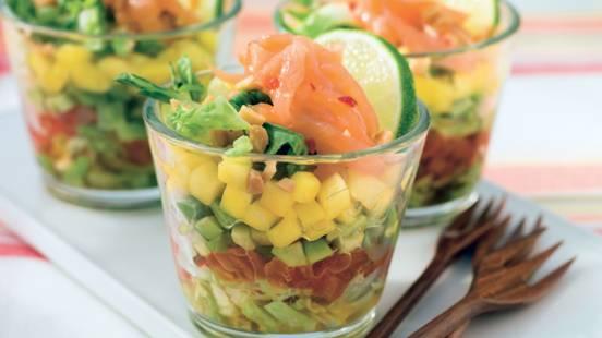 Salade de saumon et d'avocat, sauce asiatique
