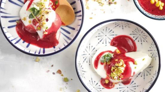 Yaourt glacé, pistache et coulis de framboises