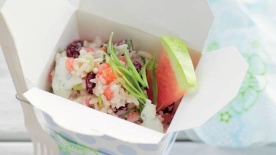 Salade de riz accompagnée d'une sauce au yaourt