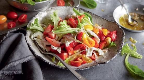 Salade de tomates, mozzarella et fraises